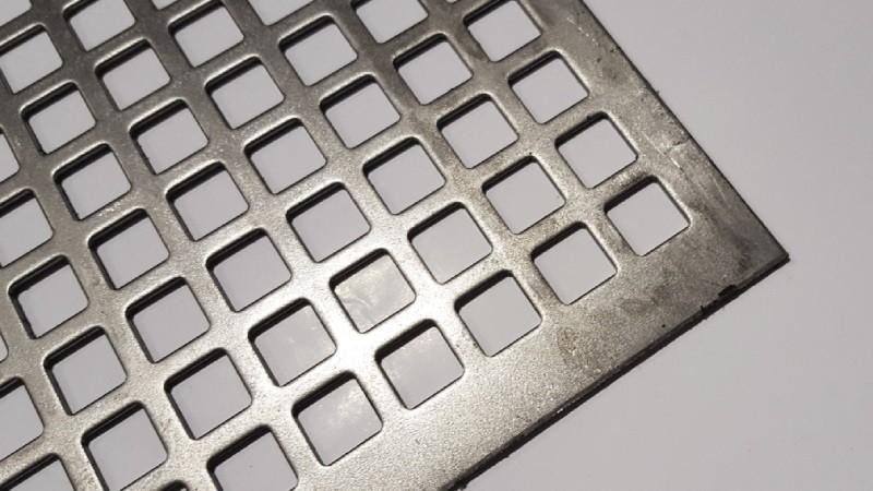 Металлическая панель с квадратной перфорацией